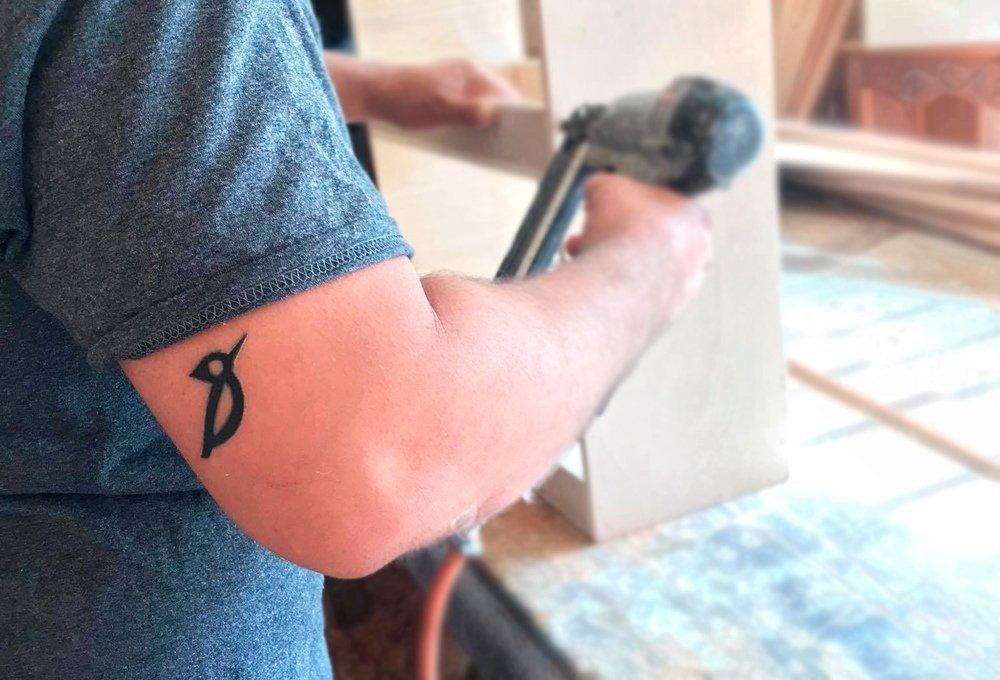 tatuaje pajaro carpintero